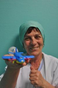 Brigitte Auguié tenant une valve respiratoire en forme d'avion à hélice qui lui a déjà permis d'hypnotiser ses jeunes patients.